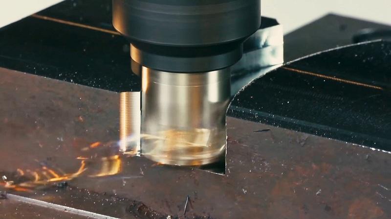 Процесс обработки фрезой металлической детали