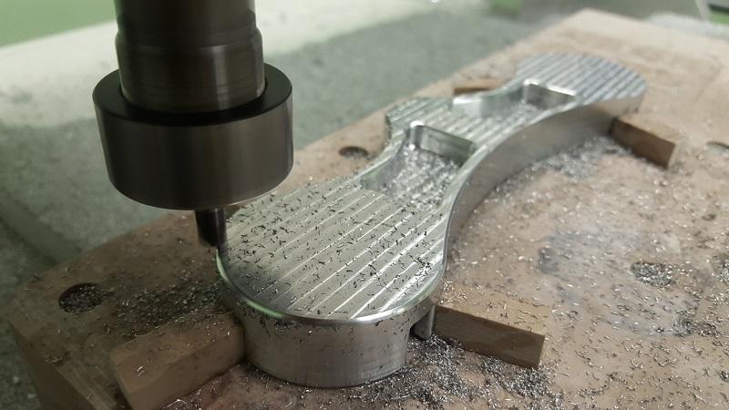 Обработка металлической детали на фрезерном станке с ЧПУ