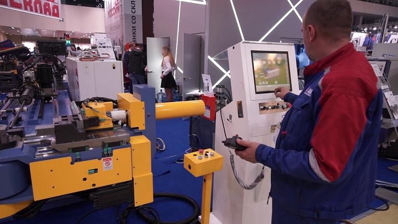 Оператор у автоматического станка для гибки труб с ЧПУ